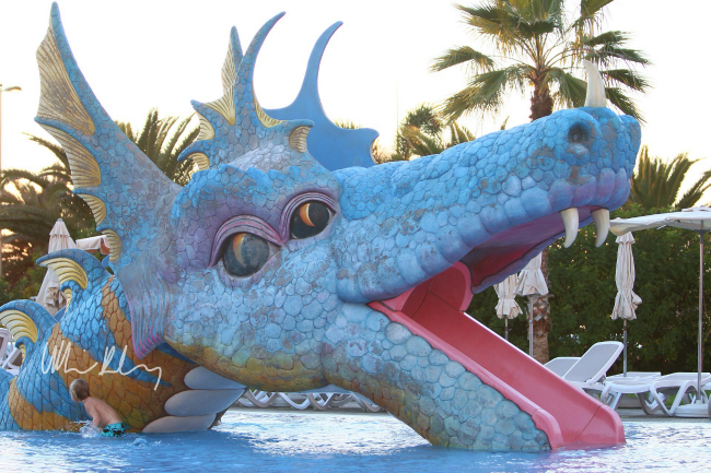 ett sjöodjur i la piscina infantil