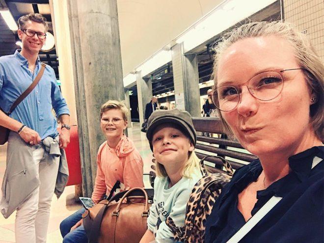 hela familjen sitter och väntar på en järnvägsperrong