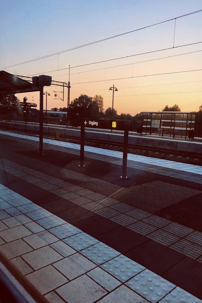 en kvällsbild över en tågperrong i Herrljunga
